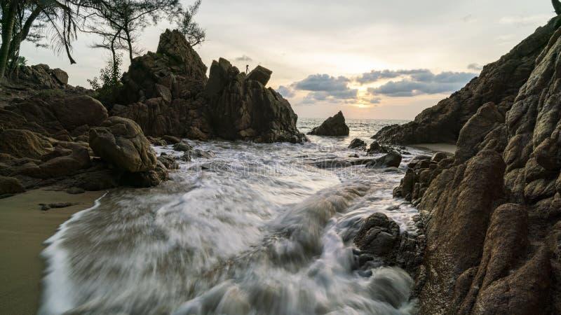 与碰撞在岩石的波浪的海景在风景背景中 免版税库存照片