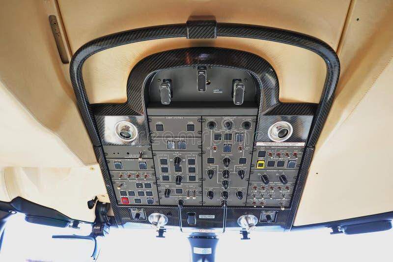 与碳纤维修剪的顶面控制板在投炸弹者全球性6000企业喷气机驾驶舱内在新加坡Airshow 库存图片