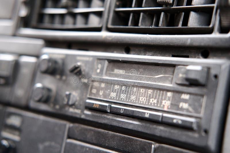 与磁带录音机仓的老收音机 免版税库存图片