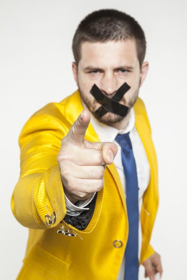 与磁带的政策在他的指向您的嘴 免版税库存照片