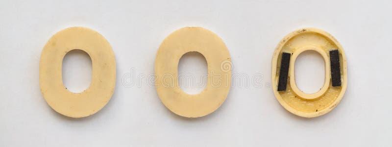 与磁铁的明亮的塑料斯拉夫语字母的信件在白皮书 图库摄影