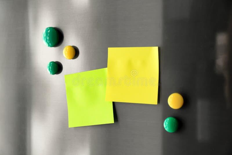 与磁铁的空白的稠粘的笔记 免版税库存图片