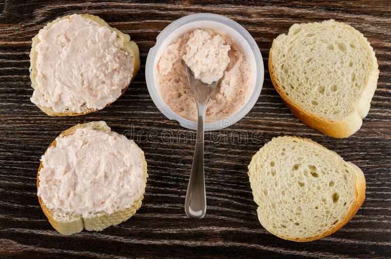 与磷虾浆糊,有磷虾浆糊的,在木桌上的面包瓶子的三明治 r 库存照片