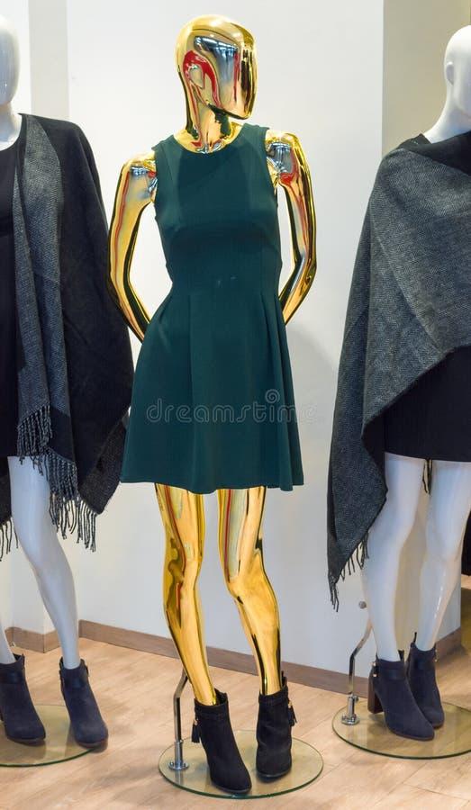 与礼服法国的金黄时尚时装模特 库存照片