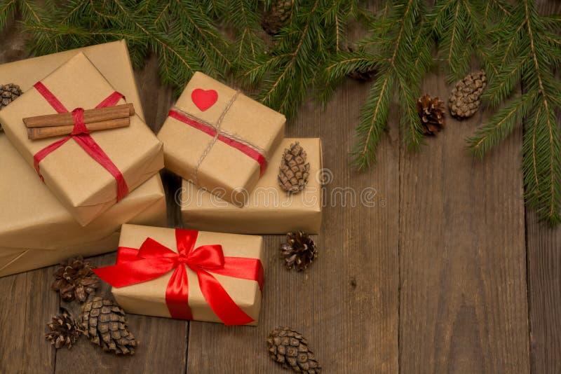 与礼物、红色丝带、杉树和pi的圣诞节构成 免版税库存照片