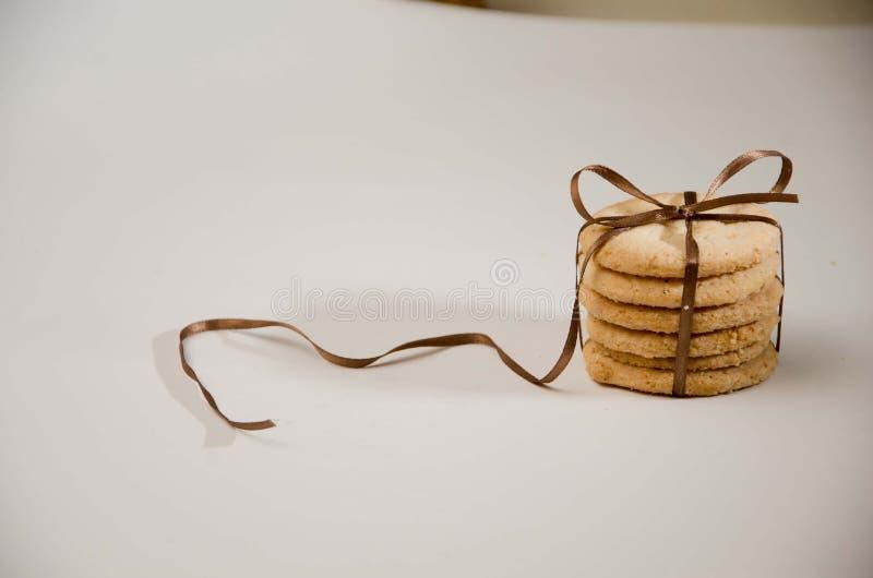 与礼物丝带的简单的曲奇饼 库存照片