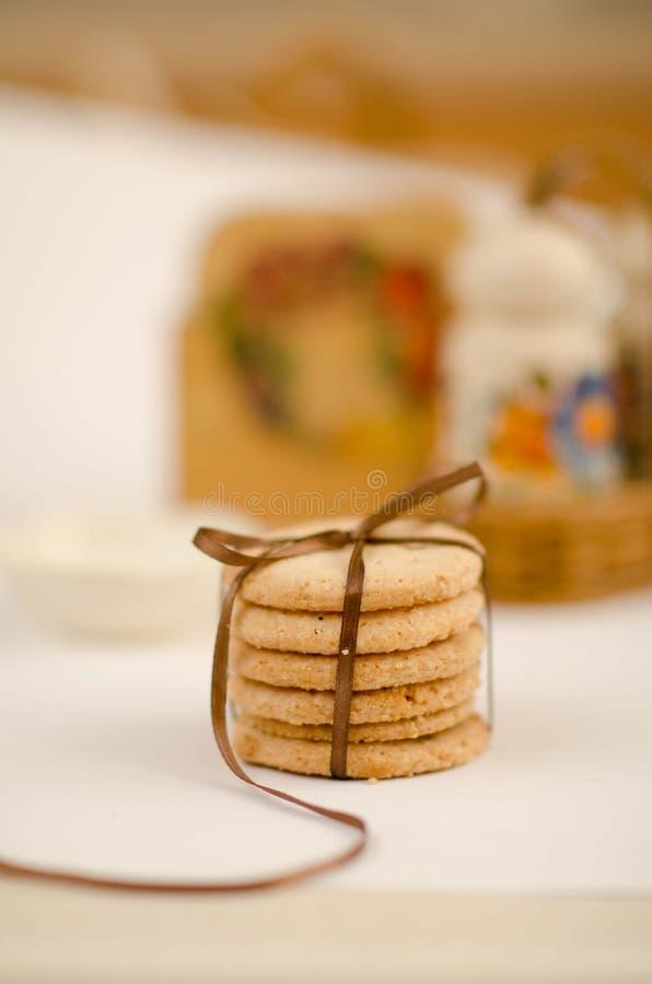 与礼物丝带的简单的曲奇饼 免版税库存照片