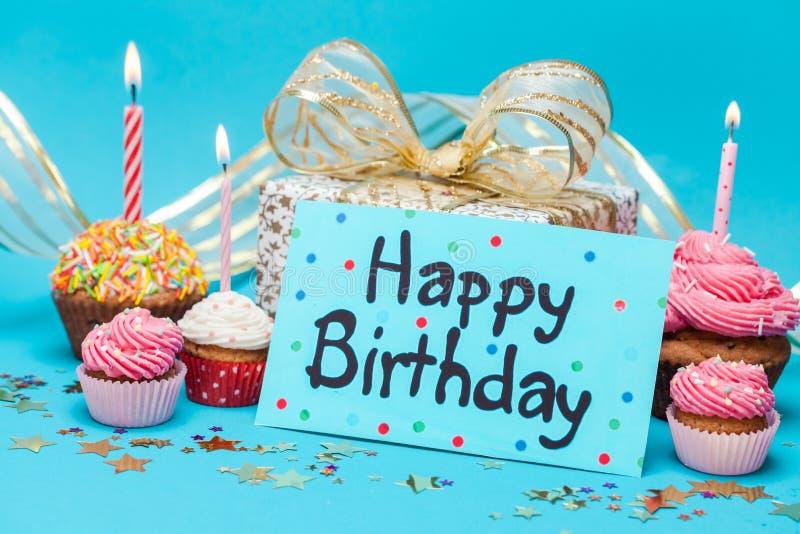 与礼物和杯形蛋糕的生日快乐卡片 免版税库存图片