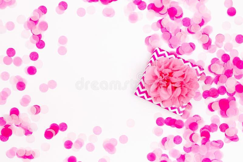 与礼物和桃红色纸五彩纸屑的假日背景, 库存图片