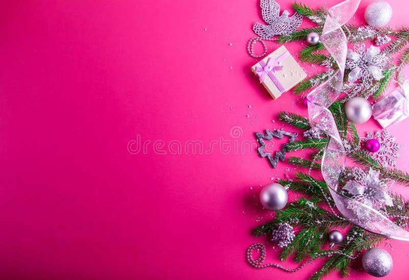 与礼物和装饰的桃红色圣诞节背景 免版税库存图片