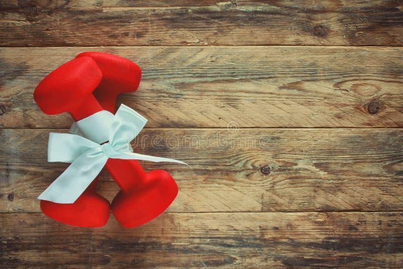 与礼物弓的两红色哑铃 免版税库存图片