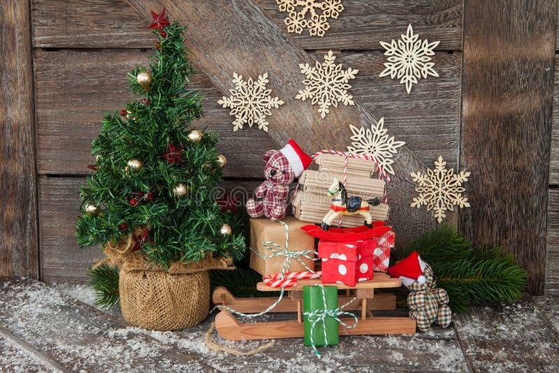与礼物的一点雪橇 免版税库存照片