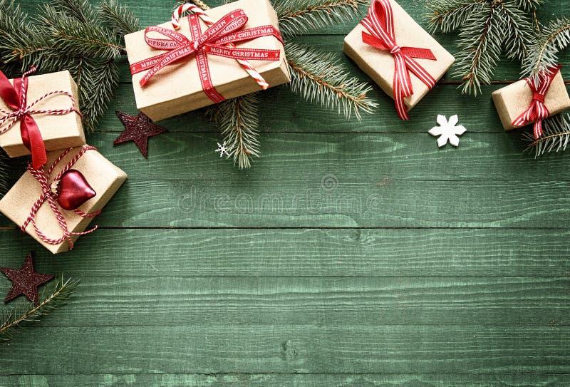 与礼物的俏丽的圣诞节假日边界 免版税库存图片