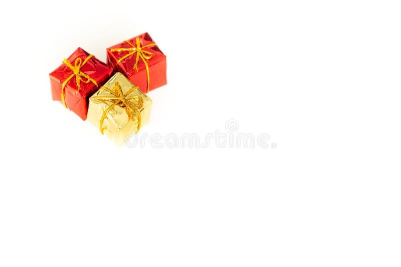 与礼物的包裹在与空的空间的白色背景愿望或致力的 免版税库存图片