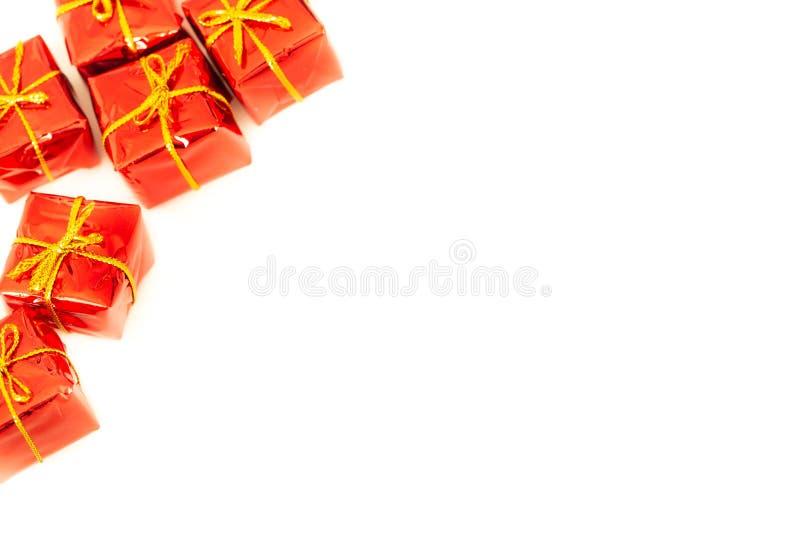 与礼物的包裹在与空的空间的白色背景愿望或致力的 免版税库存照片