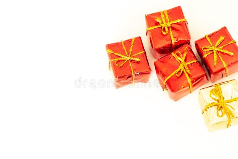 与礼物的包裹在与空的空间的白色背景愿望或致力的 库存照片