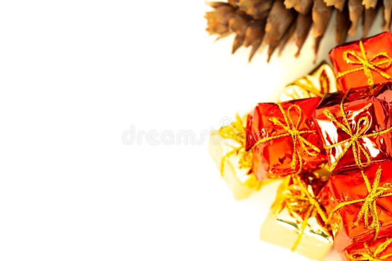 与礼物的包裹在与空的空间的白色背景愿望或致力的 库存图片