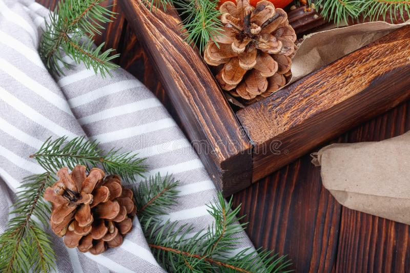 与礼物的圣诞树分支在木箱 免版税库存图片