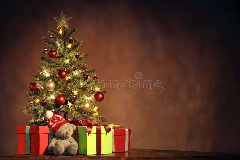 与礼物的圣诞树 免版税库存图片