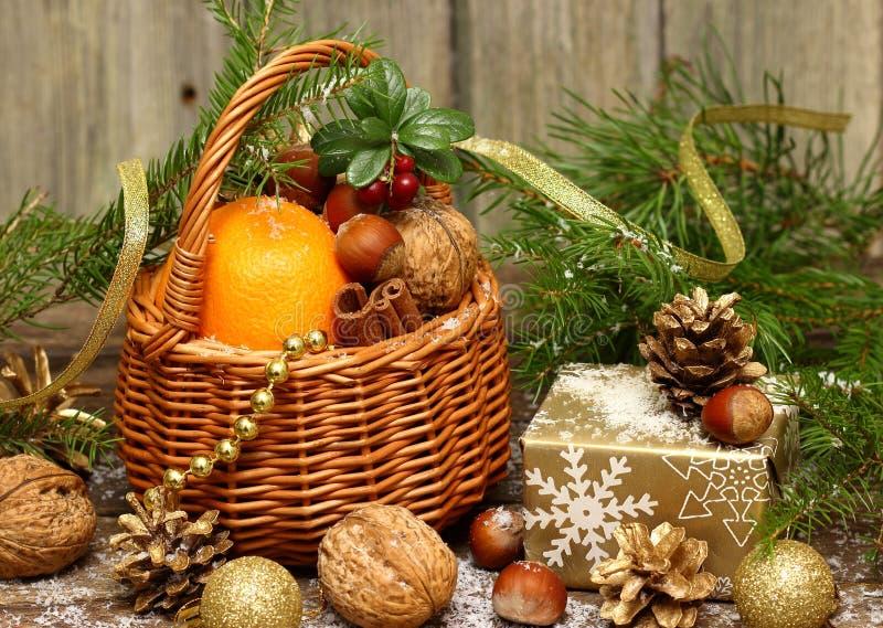 与礼物的圣诞节篮子 免版税库存图片