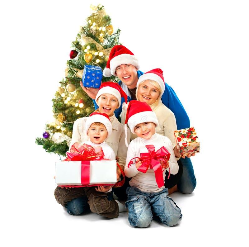 与礼物的愉快的圣诞节家庭在白色 免版税库存图片