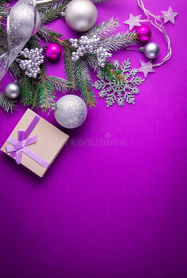 与礼物的紫色圣诞节背景 图库摄影