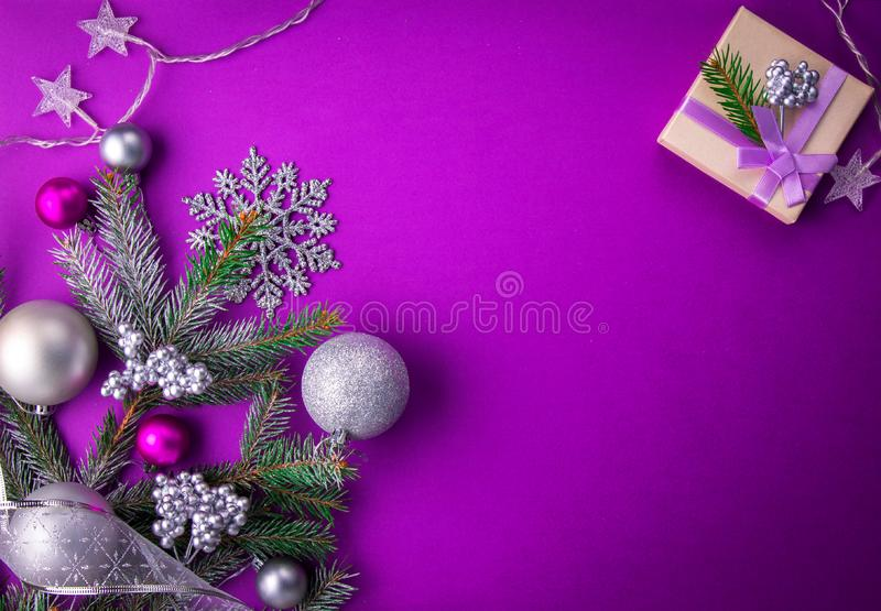 与礼物的紫色圣诞节背景 免版税库存图片