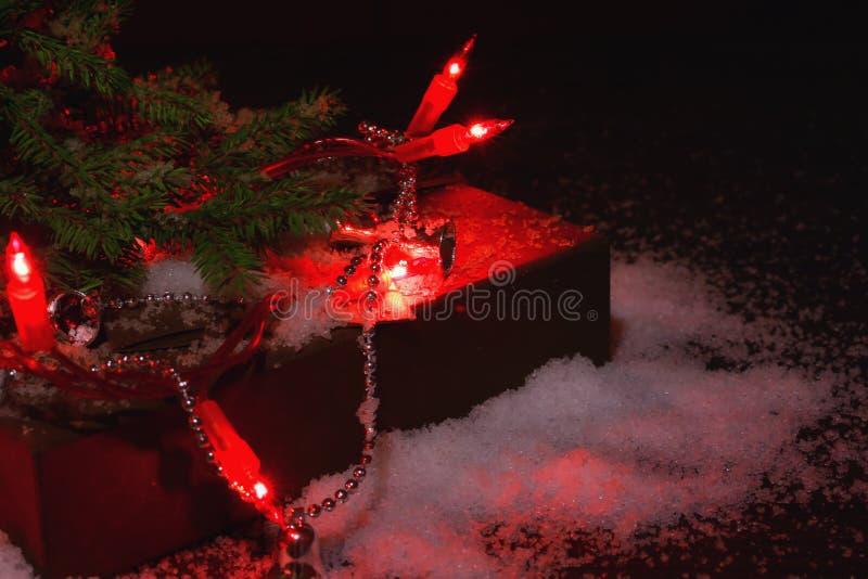 与礼物的被弄脏的圣诞节冬天背景和与光的杉树 免版税库存图片