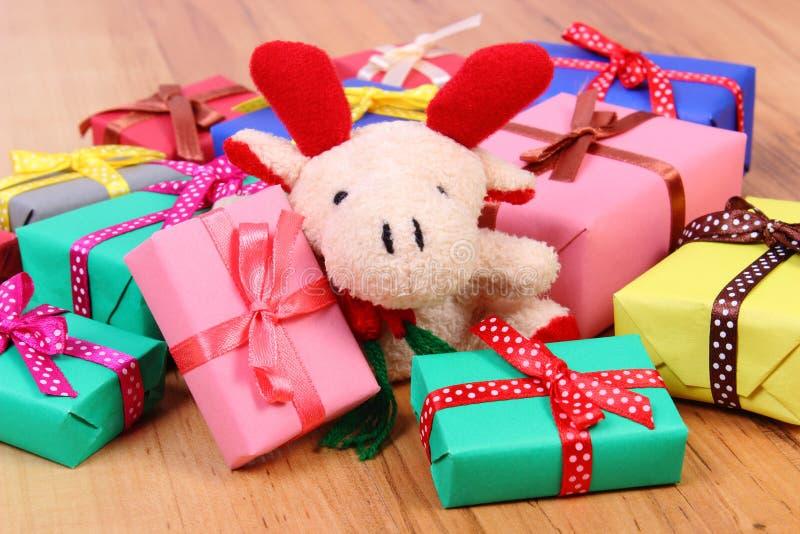 与礼物的豪华的驯鹿圣诞节或其他庆祝的 免版税库存照片