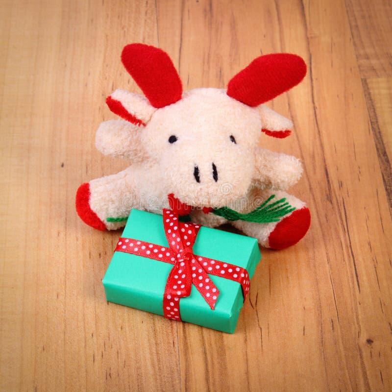 与礼物的长毛绒驯鹿圣诞节或其他庆祝的 库存照片