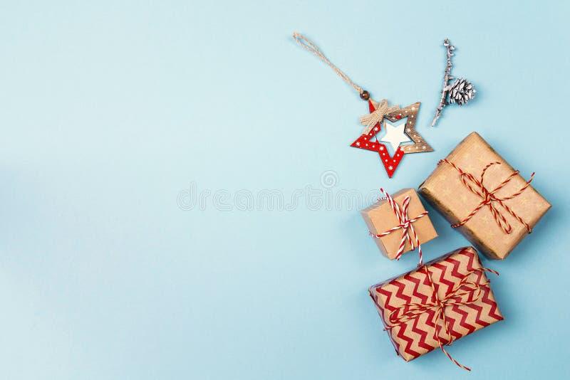 与礼物盒、中看不中用的物品和拷贝空间的蓝色圣诞节背景 免版税库存照片