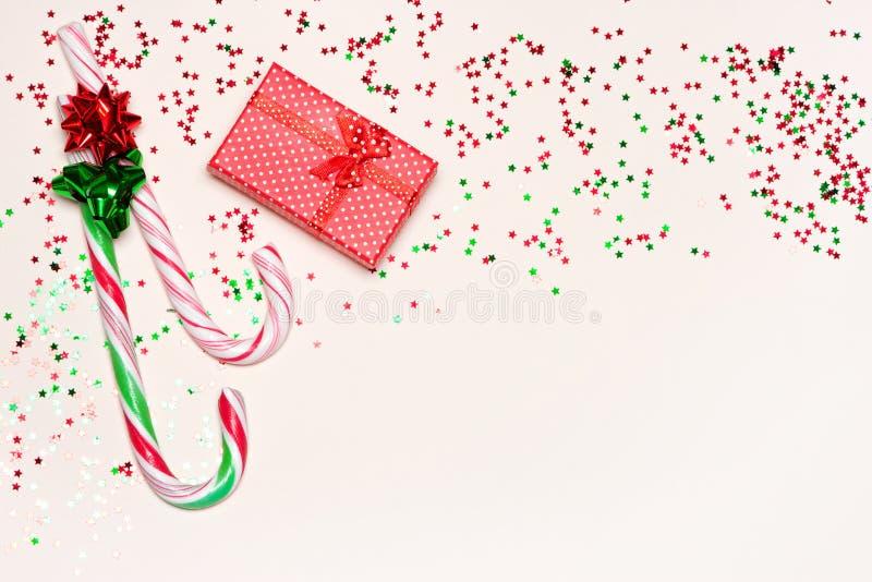 download 与礼物盒,棒棒糖和五彩纸屑的欢乐背景 库存照片.