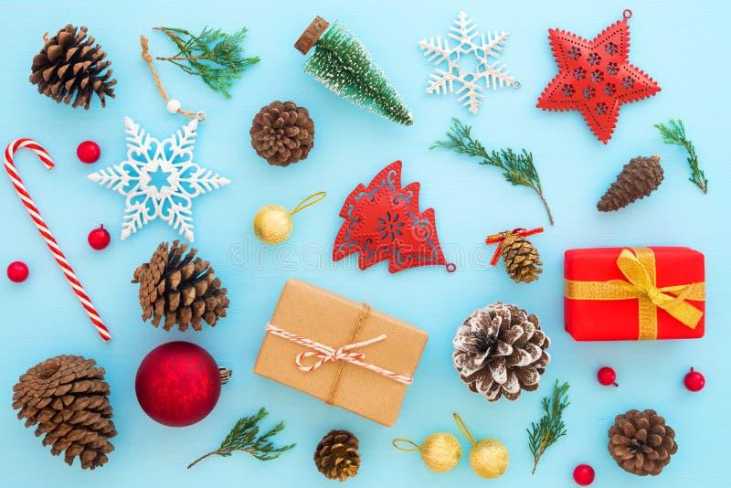 与礼物盒和装饰品的圣诞节装饰在蓝色背景 免版税库存图片