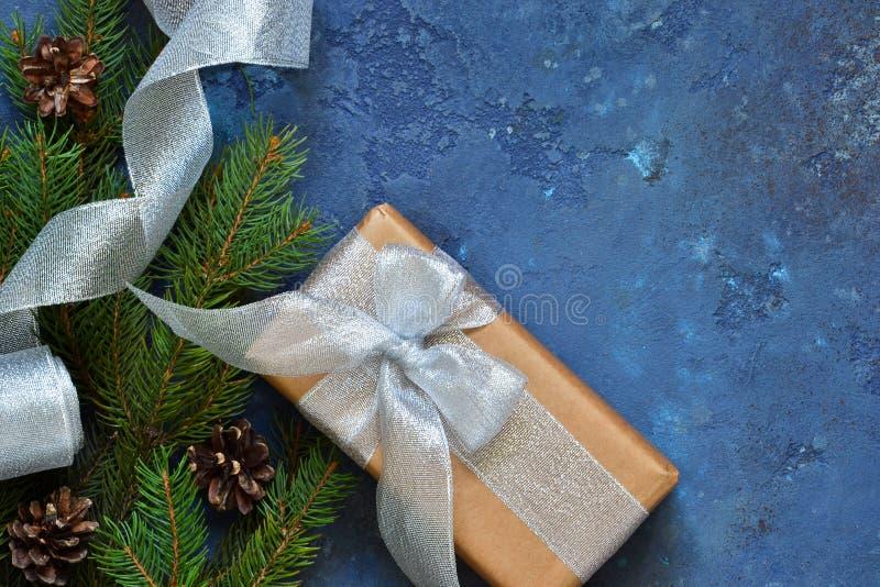 与礼物盒和xmas tretm的圣诞节蓝色背景 库存图片