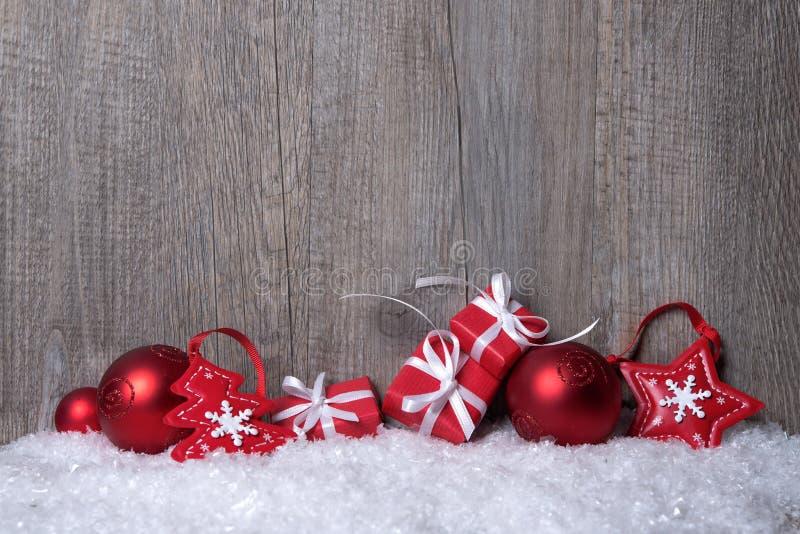 与礼物盒的圣诞节装饰 免版税库存图片