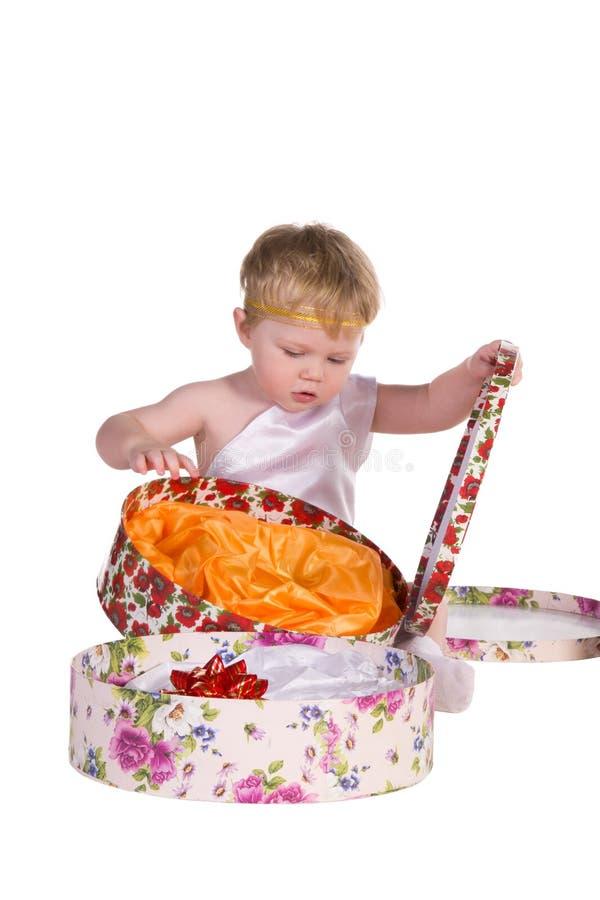 与礼物盒的男孩作用 免版税库存照片