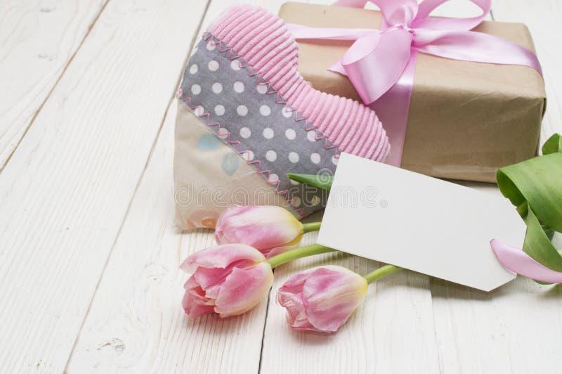 与礼物盒的美丽的郁金香 愉快的母亲节,浪漫静物画,鲜花 库存照片