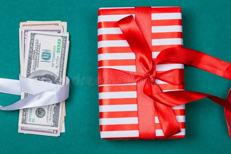 与礼物盒的美国金钱 免版税库存图片
