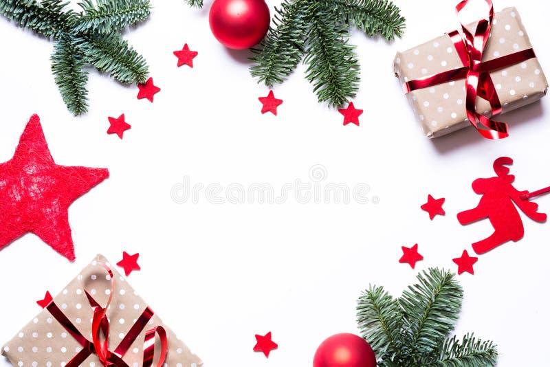 与礼物红色的圣诞节背景担任主角冷杉分支和co 免版税库存图片