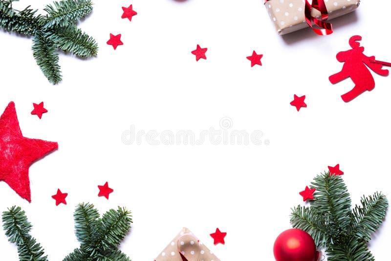 与礼物红色的圣诞节背景担任主角冷杉分支和co 库存图片