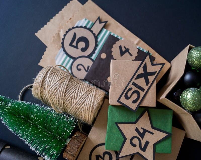与礼物袋子和箱子的出现日历充满糖果 免版税库存图片