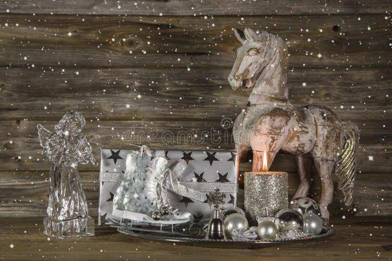 与礼物,天使,马的银色和米黄圣诞节装饰 免版税库存图片