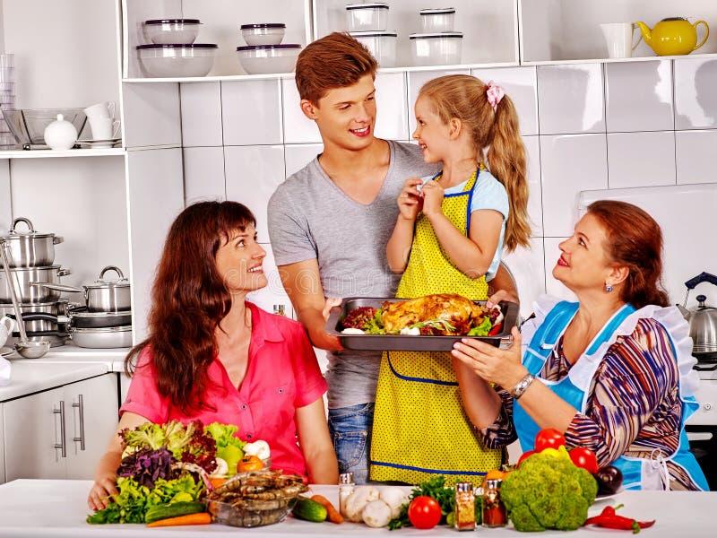 与祖母的愉快的家庭厨房的 免版税库存照片