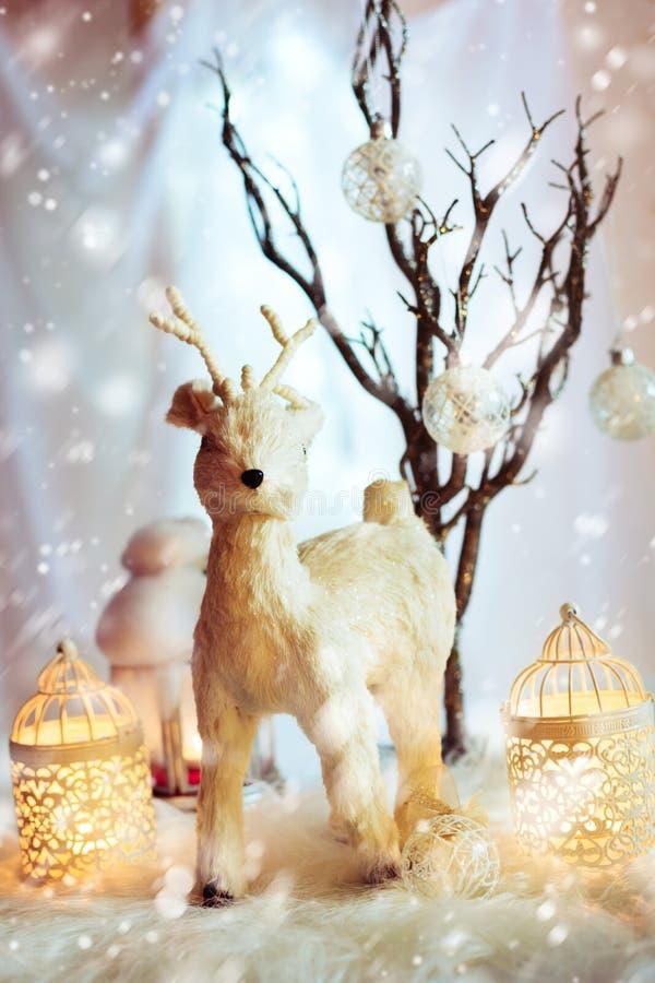 与神仙的白色鹿的圣诞节装饰 免版税库存照片