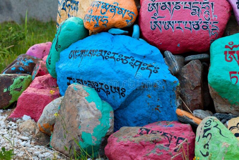 与祷告的宗教祷告石头在Datsan秃头山的仁波切Bagsha在乌兰乌德,布里亚特共和国,俄罗斯 库存照片