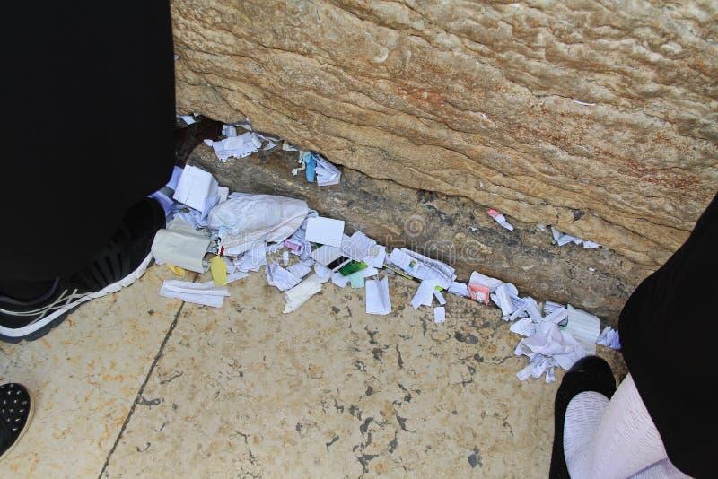 与祷告的被折叠的纸在哭墙 免版税库存照片