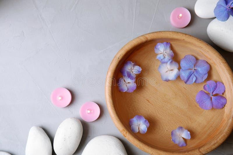 与禅宗石头、温泉碗和空间的平的被放置的构成文本的 免版税库存图片