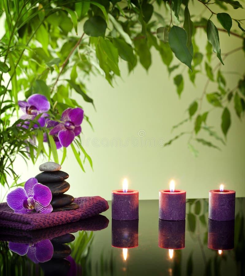 与禅宗石头和兰花的温泉静物画 免版税库存图片
