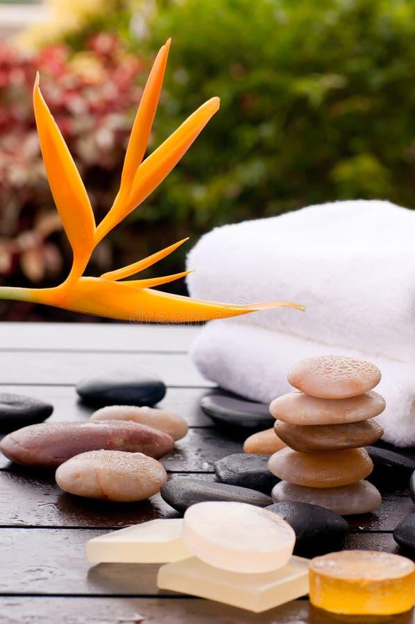 与禅宗石头和毛巾的热带温泉按摩 免版税库存照片