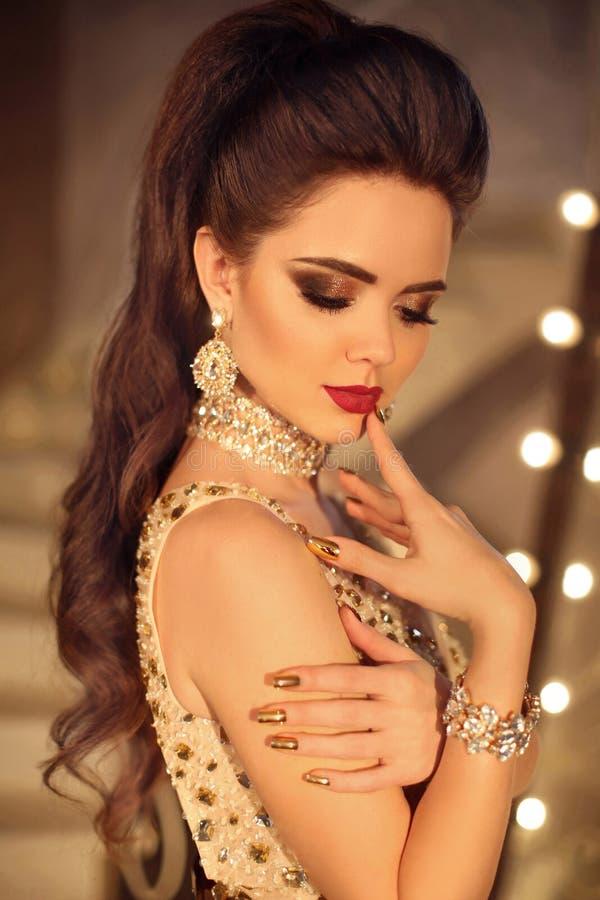 与秀丽构成的美丽的深色的女孩时尚画象 启远地 库存照片